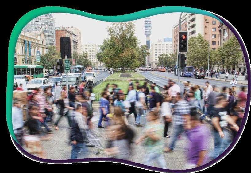 drukke straat met overstekende mensen in stad