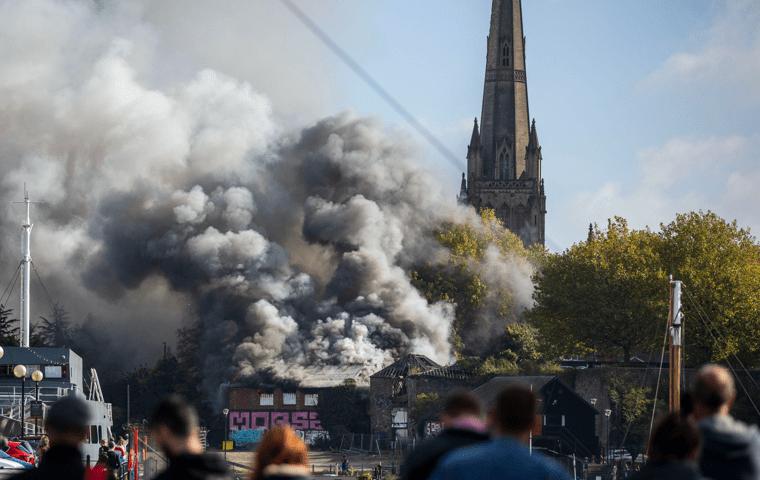 mensen zien explosie naast toren