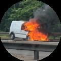 brandende auto langs de weg
